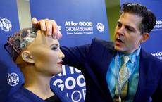 Giám đốc AI của Facebook tuyên bố: Sophia chỉ là con rối - nữ robot đáp trả thế nào?