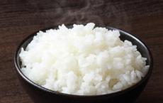 Trời nóng cứ nghe theo lời ông bà xưa, vo gạo nấu cơm cho 1 thìa gia vị này vào, cơm ngon mà rất lâu thiu
