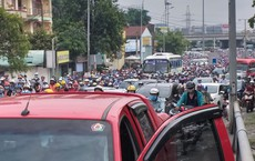 Hai ô tô truy đuổi nhau trên cầu Bình Triệu, cửa ngõ vào trung tâm Sài Gòn tê liệt ngày đầu tuần