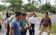 Hàng chục người chen lấn đưa hồ sơ cho Bí thư Nguyễn Thiện Nhân khi ông đến Thủ Thiêm