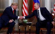 Bắt tay 3 giây và biểu cảm cứng nhắc: Hai ông Trump-Putin giống đấu sĩ chuẩn bị 'so găng'