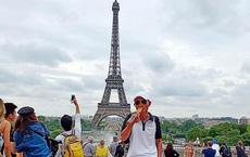 """Ông bố """"ngầu"""" nhất năm: Mang hẳn điếu cày sang tháp Eiffel tạo dáng"""