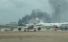Khói đen kịt quanh vùng trời sân bay Tân Sơn Nhất do cháy lớn ở quận Tân Phú