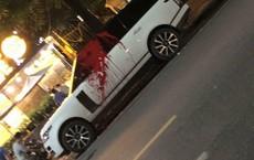 Hình ảnh gây tò mò nhất chủ nhật: Ô tô trị giá 10 tỷ bị tạt sơn đỏ ngay giữa đường