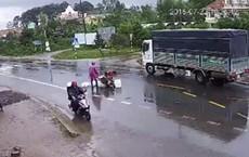 """""""Kẹp 3"""" ngã ra đường sau va chạm, 2 thanh niên bị xe tải cán qua người tử vong tại chỗ"""