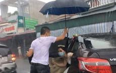 Hình ảnh gây chú ý: Tài xế xe tải che ô, đỡ váy, đưa cô dâu vượt mưa lụt về nhà chồng