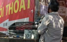 Tài xế quay lại điểm lụt kinh hoàng của Hà Nội chuộc biển số xe giá rẻ