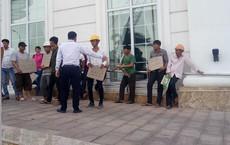 """Công nhân tập trung trước khách sạn """"dát vàng"""" đòi tiền lương"""