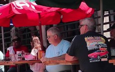 Cô gái không mặc gì phục vụ bia nhưng lại được thực khách tán thưởng nhiệt liệt