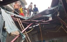 Vật liệu xây dựng bị đứt cáp cẩu rơi rơi từ tầng 6 làm thủng mái nhà