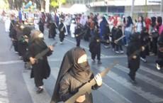 Trường mẫu giáo cho học sinh mặc đồ giống IS, cầm súng trường diễu hành