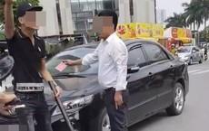 """Tài xế ô tô giơ """"thẻ đỏ"""" sau va chạm giao thông đang điều trị tại bệnh viện Việt Đức"""