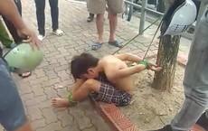 Xôn xao hình ảnh bé trai cởi trần bị trói chân, tay vào gốc cây giữa phố ở Hà Nội