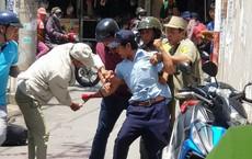 Bảo vệ nghi ngáo đá cầm dao tự cắt tay giữa chợ ở Sài Gòn
