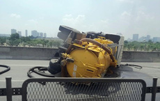 Hà Nội: Xe bồn nổ lốp lật ngang, đường vành đai 3 ùn tắc nghiêm trọng