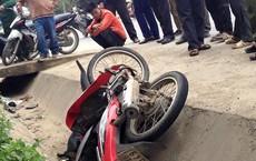 Người dân vây bắt, đạp ngã nam thanh niên trộm xe máy xuống mương nước