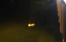 Hai cô gái để lại dép trên cầu, cùng nhảy xuống sông Sài Gòn tự tử