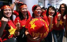 """CĐV nhuộm đỏ sân bay Nội Bài và Tân Sơn Nhất, lên đường sang Malaysia """"tiếp lửa"""" cho ĐT Việt Nam trong trận chung kết AFF Cup"""