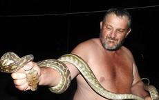 Nửa đêm thức giấc thấy rắn quấn chặt con trai, bố mẹ nhanh trí dùng 1 vật để cứu cậu bé