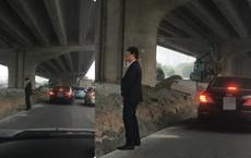 Người đàn ông mặc vest đi ô tô và hành động đáng xấu hổ giữa đường