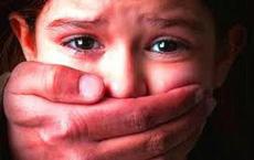 Đưa con đến bệnh viện chữa đau bụng, mẹ chết lặng người khi  phát hiện sự thật kinh hoàng
