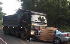 Ô tô 4 chỗ dính chặt vào xe ben sau cú đối đầu ở khúc cua, 2 người tử nạn tại chỗ