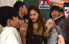 Đứng trên bục giảng, cô giáo bị học sinh bủa vây xung quanh, lén chụp ảnh vì quá xinh đẹp
