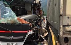 Ô tô chở du khách Hàn Quốc đối đầu xe  container trước cửa hầm Hải Vân, nhiều người nhập viện