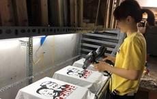 Chủ quán phố cổ bất ngờ hốt bạc từ áo phông in hình ông Donald Trump và ông Kim Jong Un