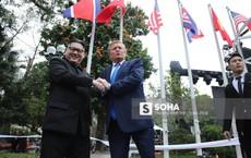 """Cặp đôi Kim, Trump giả """"diễn sâu"""" ở Hà Nội: Những khoảnh khắc bản sao trông """"oách"""" không kém bản thật"""