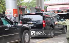 """Siêu xe """"Quái thú"""" của TT Trump về đến khách sạn sau khi dừng đổ xăng trên đường phố Hà Nội"""