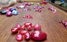 Chuyện lạ ở Việt Nam: Bán đá quý tiền tỷ tại chợ tạm ven đường