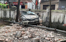 Ô tô tông sập hàng chục mét tường đình làng ở Hà Nội, hiện trường gây xôn xao