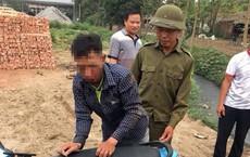 Tên trộm chó bị dân vây bắt, đánh gục trên đường làng ở Hưng Yên