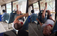 Thản nhiên biến xe buýt thành giường, người đàn ông còn có hành động khiến tất cả xa lánh