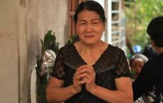 Bà ngoại khóc lịm tiễn đưa đứa cháu nuôi dưỡng suốt 15 năm