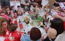 """Đám cưới có sự góp mặt của 18 con Kumanthong ngồi chật kín 1 bàn tiệc, ăn lẩu, uống nước ngọt khiến tất cả """"rùng mình"""""""