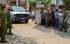Người dân đứng cổng TAND TP Thái Bình bàn tán về vụ dâm ô tập thể nữ sinh lớp 9