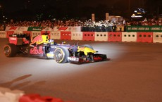 """Xe đua F1 lao qua """"như cơn gió"""" trước khu vực sân vận động Mỹ Đình, ngàn người phấn khích hò reo"""