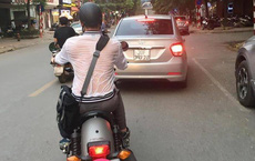 Nhìn người đàn ông đi xe máy với lưng áo ướt đẫm mới thấy thời tiết Hà Nội nóng đến thế nào!