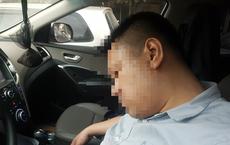 Dừng đèn đỏ, tài xế ở Hà Nội ngủ quên trong ô tô nửa giờ khiến CSGT phải cẩu cả xe và người