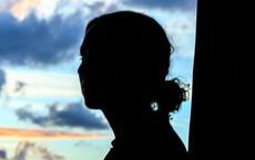 Bị hơn 100 người đàn ông cưỡng hiếp, cô gái còn liên tục bị cảnh sát bắt giữ vì lý do 'chối tai' này