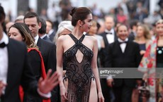 """Ngọc Trinh """"kinh doanh"""" thứ gì ở Cannes?"""