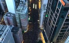 """""""Biển đen"""" ở Hong Kong: Đã 19h tối nhưng dòng người biểu tình vẫn tiếp tục phủ kín các tuyến phố chính"""