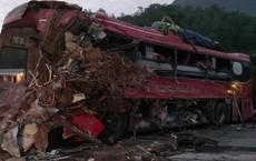 Xe khách nát đầu sau cú đâm xe tải, 3 người tử vong
