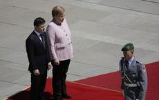 """Để mặc bà Merkel đứng run bần bật, TT Ukraine Zelensky bị nói """"không có khí chất đàn ông"""""""