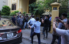 Ông Nguyễn Hữu Linh vội vàng chạy vào phòng vệ sinh trốn phóng viên trước giờ xét xử