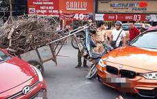Hiện trường vụ xe máy chở sắt, cắm thẳng đầu vào siêu xe tiền tỷ giữa phố Hà Nội