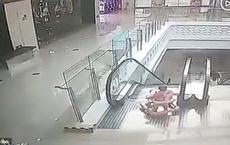 Thót tim cảnh bé 9 tháng tuổi ngã nhào xuống thang cuốn giữa trung tâm thương mại, xung quanh không một bóng người