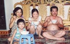 Được chia sẻ lại sau nhiều năm, bức ảnh gia đình cùng ăn mì này đã khiến bao trái tim thổn thức ngày cận Tết